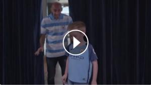 play Zabaleta con un niño fanático de Manchester City