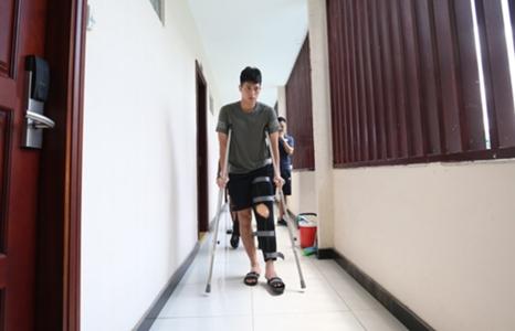 Đình Trọng ngại bị để ý khi đi nạng, may mắn có bạn thân đưa đón | Goal.com