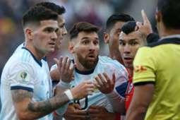 Messi reclama com o árbitro Mario Vivar após ser expulso