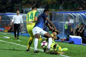 Johor Darul Ta'zim's S. Kunanlan (middle) vies for the ball with Kedah players 20/1/2017