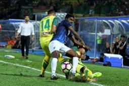 Johor Darul Ta'zim's S. Kunanlan (middle) vies for the ball with Kedah players 20/1/2017