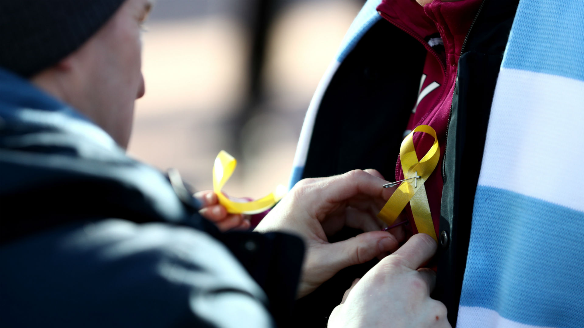 Manchester City fan yellow ribbon