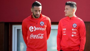 061017 training Chile - Mauricio Isla y Charles Aránguiz