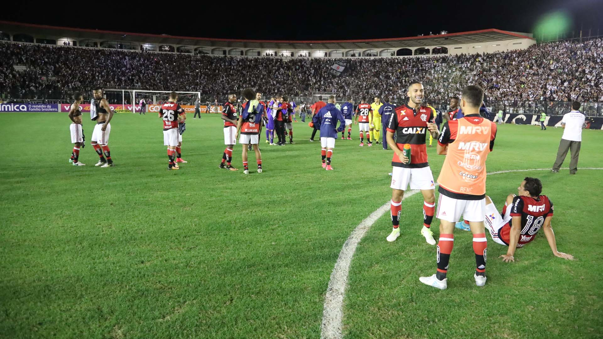 Jogadores impedidos de sair campo Flamengo x Vasco São Januário Brasileirão 08 07 17
