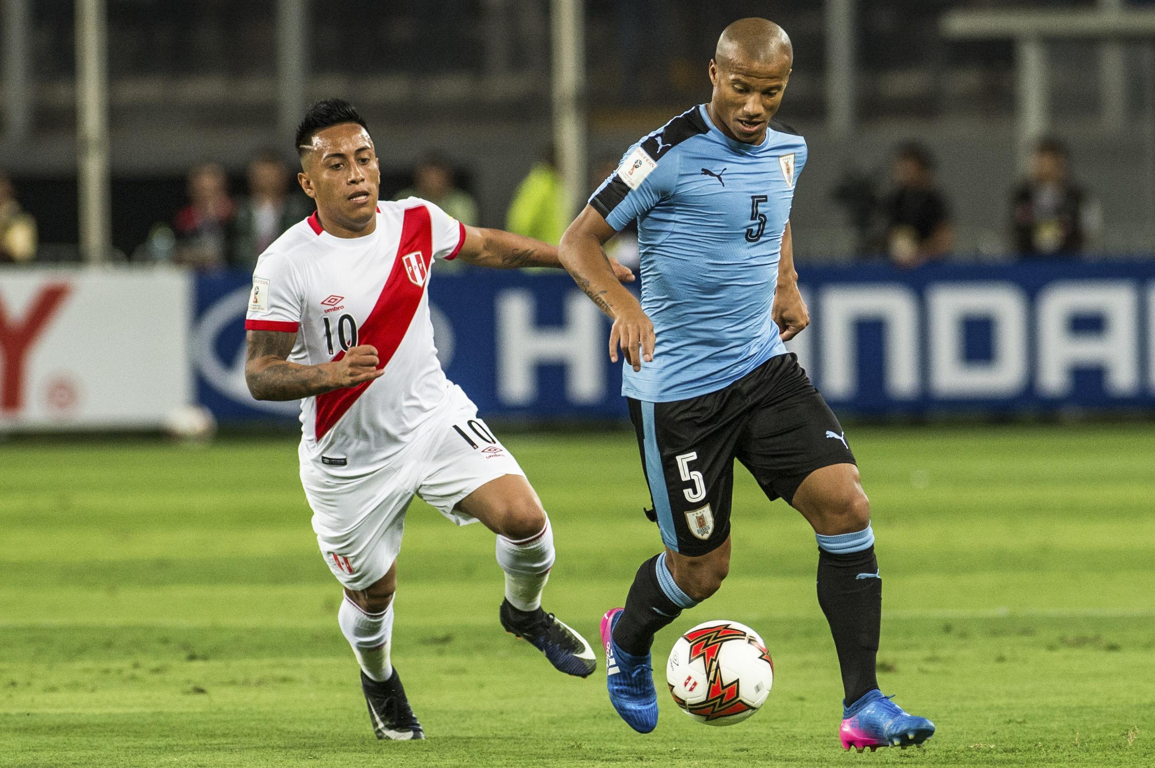 Cueva e Sánchez disputam bola