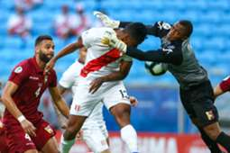 Goleiro Wuilker Fariñez, da Venezuela, disputa a bola pelo alto com Tapia, do Peru
