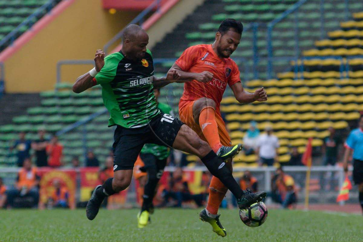 PKNS' Safee Sali (right) vies for the ball against Selangor's Ugo Ukah 4/2/2017