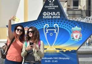 Wenn sich Real Madrid und Liverpool am Samstag im Champions-League-Finale gegenüberstehen, drücken auch einige Prominente die Daumen. Wir stellen Euch einige Edel-Fans der beiden Klubs vor.