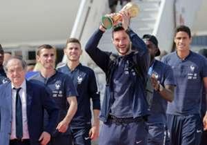 Die Weltmeister kommen heim! Am Tag nach dem WM-Finalsieg gegen Kroatien wird Frankreich in der Hauptstadt Paris erwartet. Hugo Lloris präsentiert bei der Ankunft stolz den WM-Pokal.