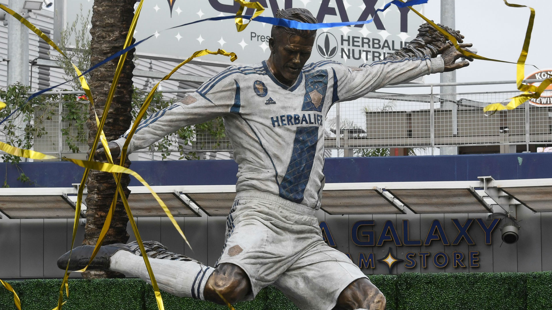 Beckham salutes LA Galaxy and Los Angeles as statue unveiled