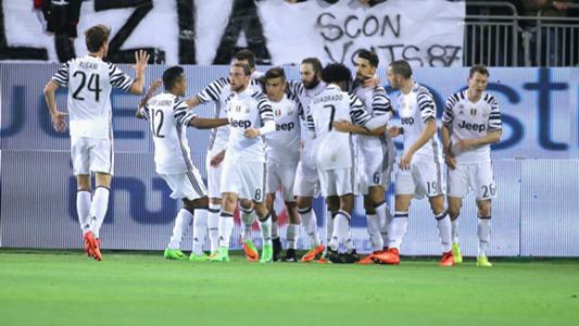 Juventus players celebrating against Cagliari Serie A 12022017