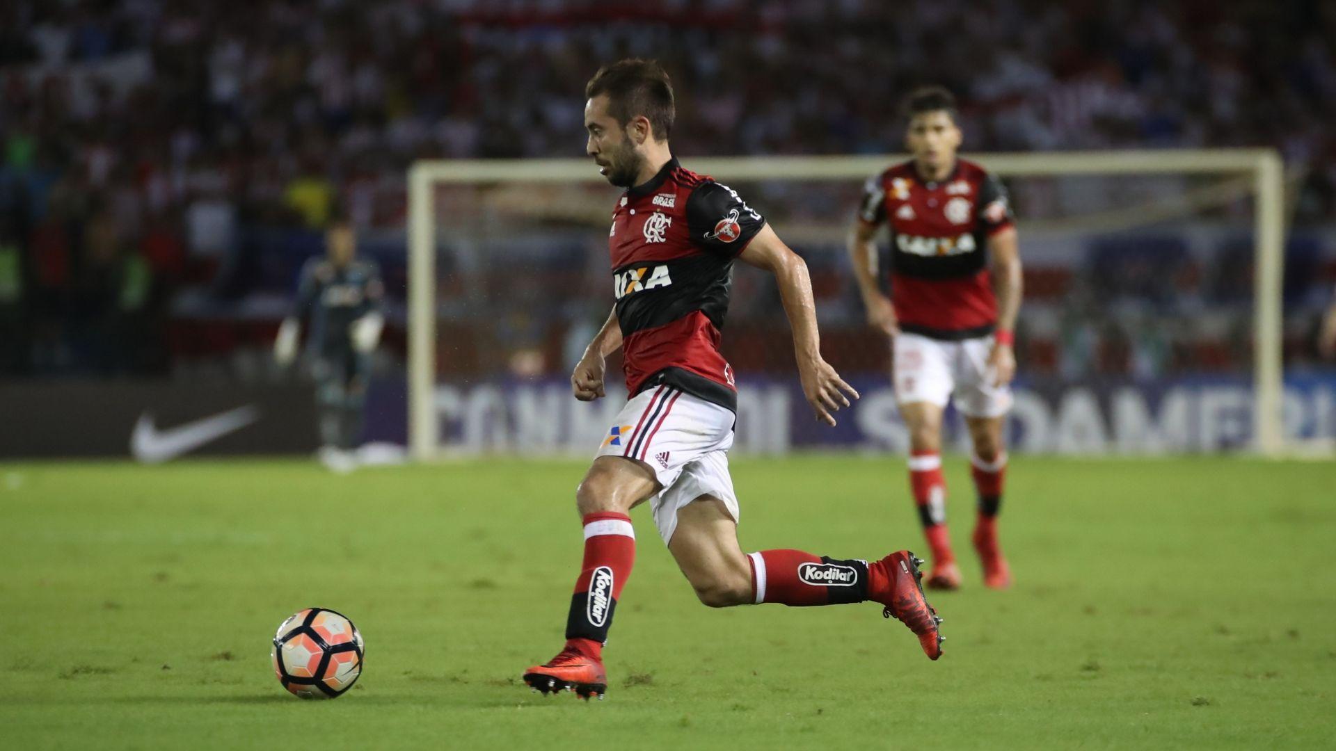 Ídolo do Independiente visita equipe antes da final da Sul-Americana