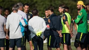 Tite e jogadores Brasil treino Londres 28052018