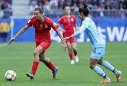 Tobin Heath, dos EUA, em ação contra a Tailândia na Copa do Mundo feminina