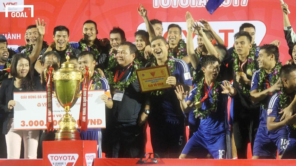 Chùm ảnh cầu thủ Quảng Nam ăn mừng khóc ngất sau khi vô địch V.League 2017