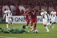 Shanghai SIPG' Brazilian forward Hulk (C) and Western Sydney Wanderers' goalkeeper Jerrad Tyson vie for the ball