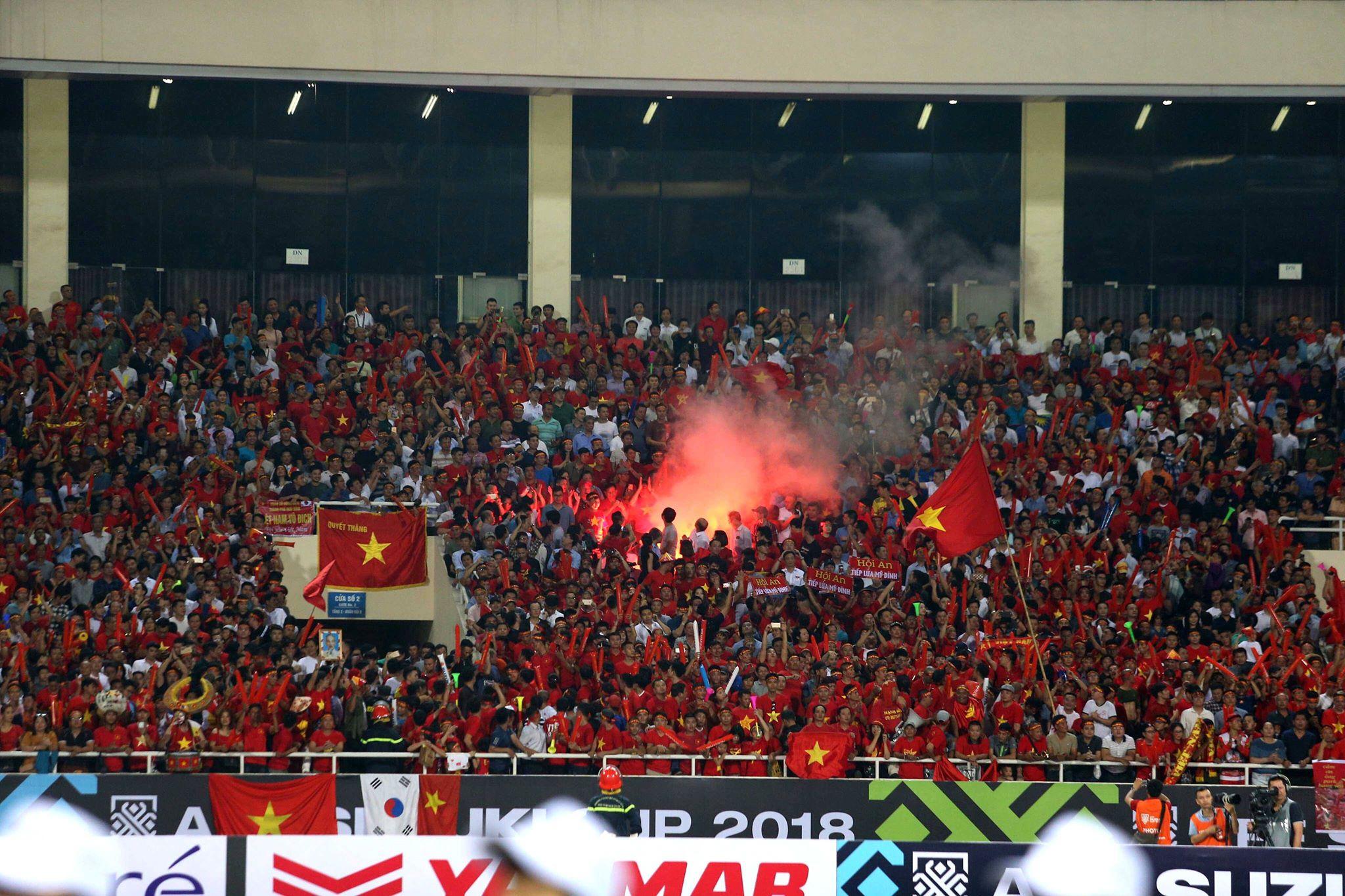 Pháo sáng trận Việt Nam vs Malaysia AFF Cup