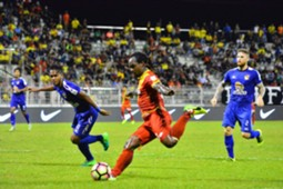 Selangor's Francis Forkey Doe (middle) tries to score against Negeri Sembilan 14/2/2017