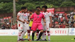 Pemain Persis Solo memprotes keputusan wasit Khalid Al Makmum dari Aceh.