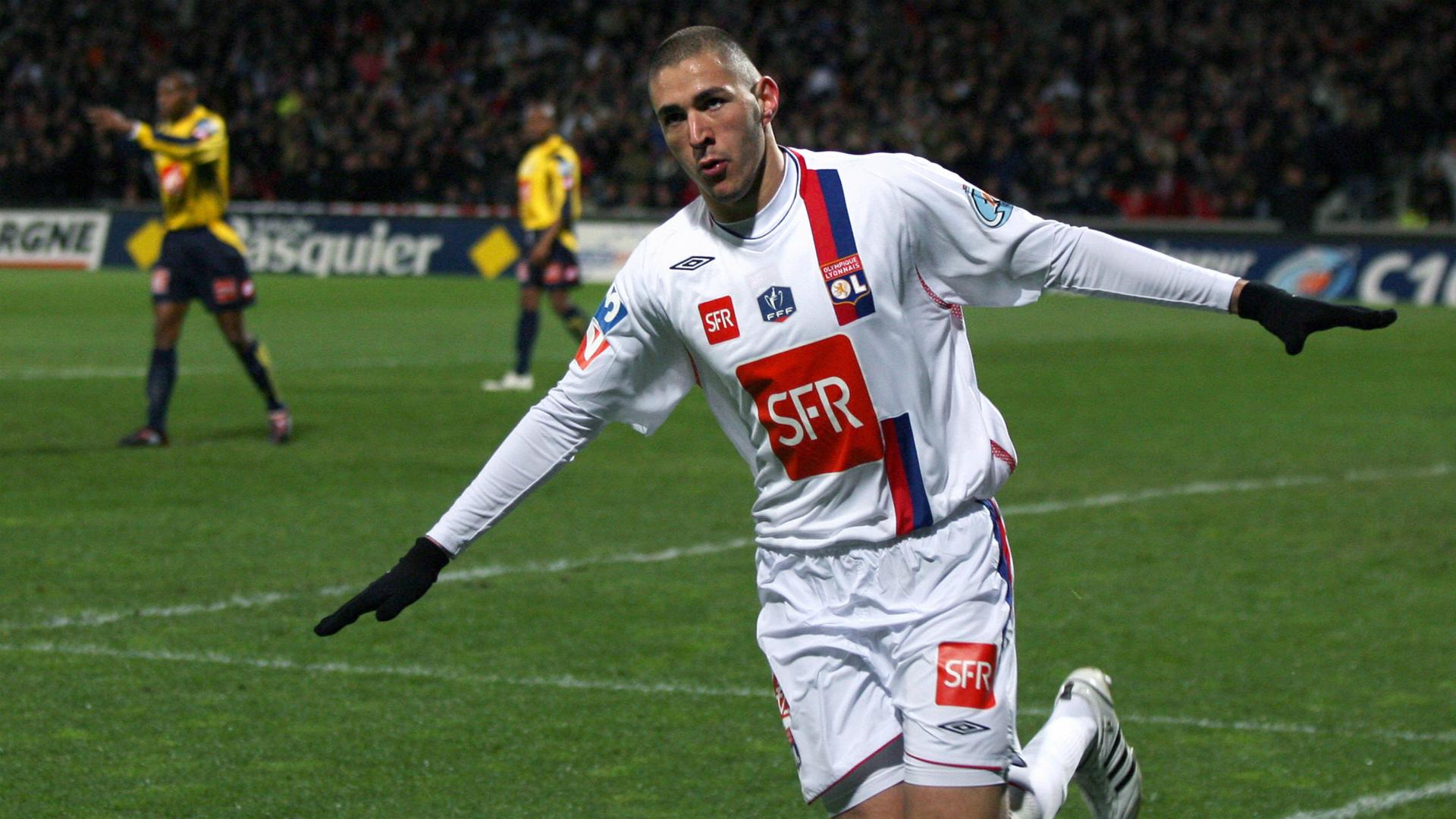 Benzema festeja un gol con el Lyon.