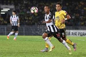 Pahang's Faisal Rosli (left) and Perak's Zaquan Adha Abdul Razak vies for the ball 21/1/2017
