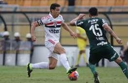 Hernanes disputa bola na derrota para o Palmeiras