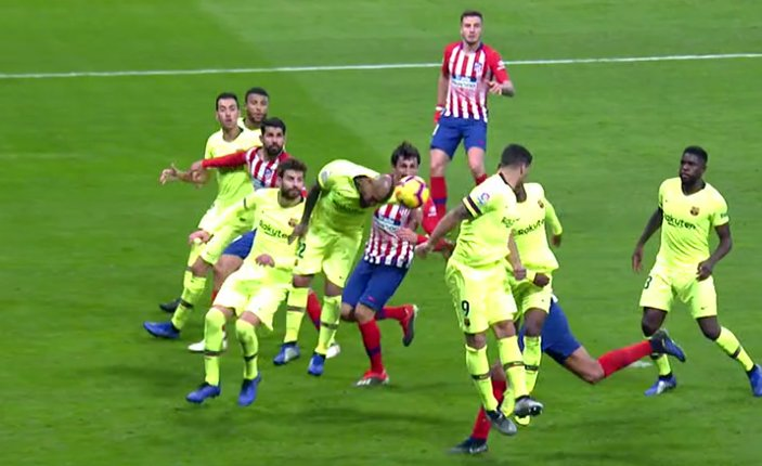 241118 Barcelona Atlético de Madrid mano de Arturo Vidal