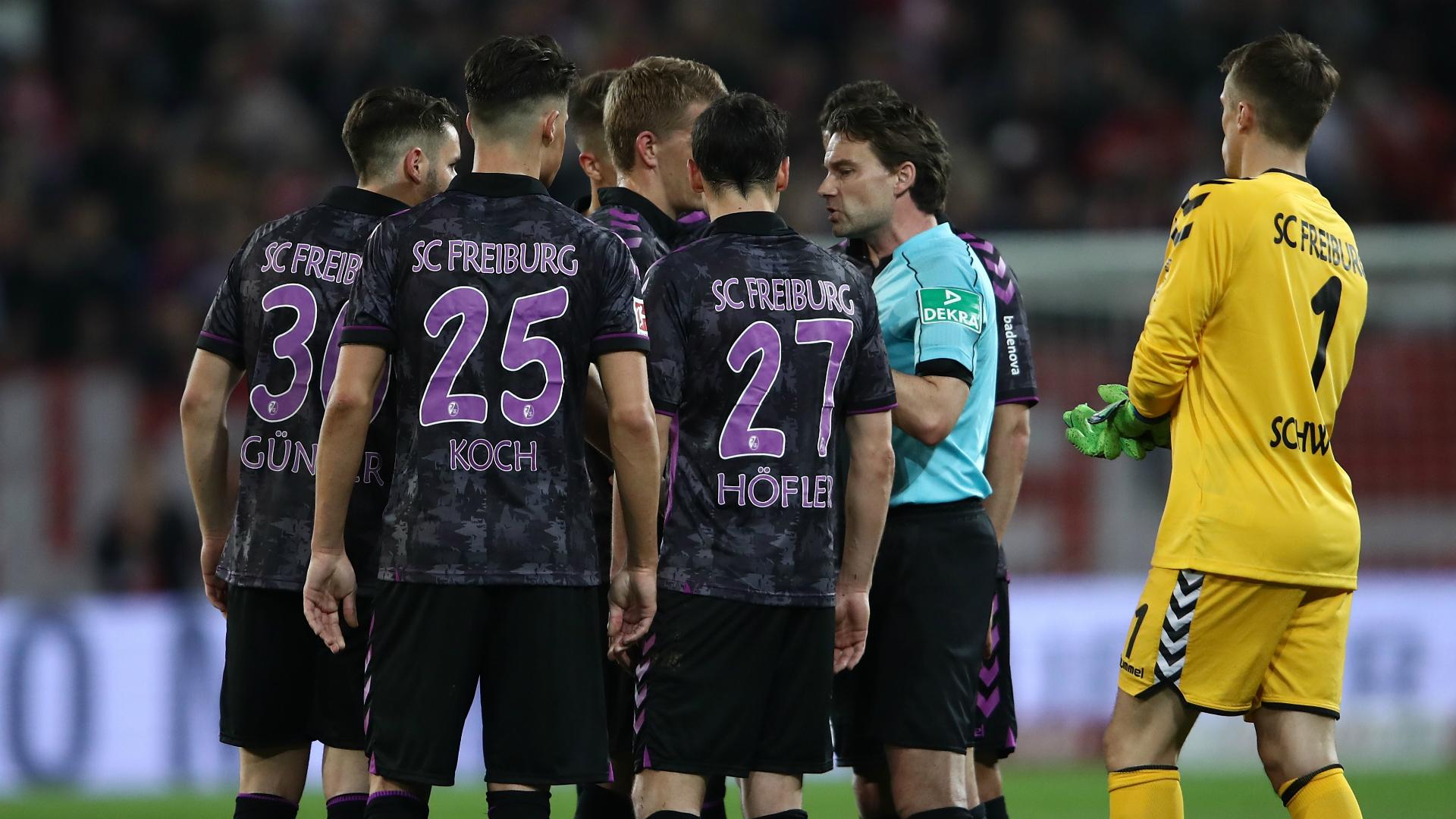 Bundesliga, l'arbitro concede il rigore con la Var durante l'intervallo