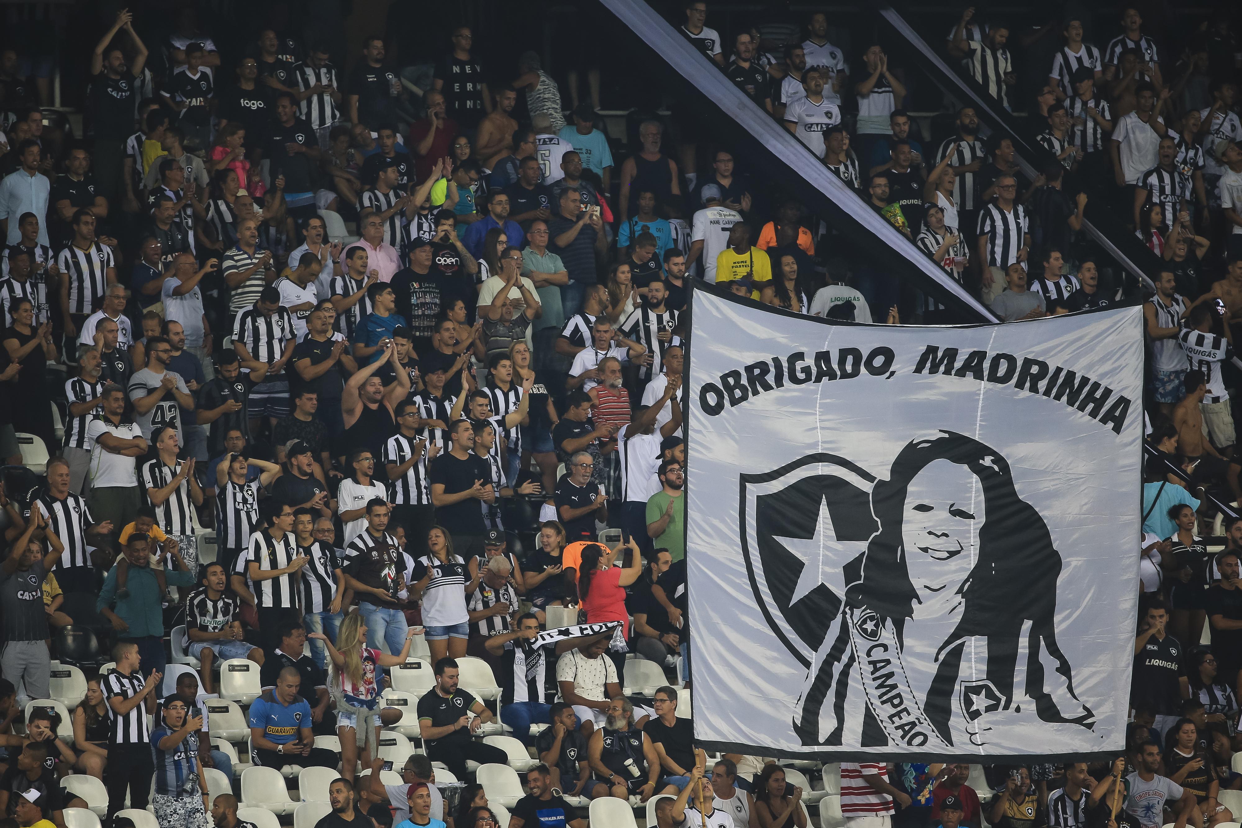 Torcida do Botafogo homenageia Beth Carvalho