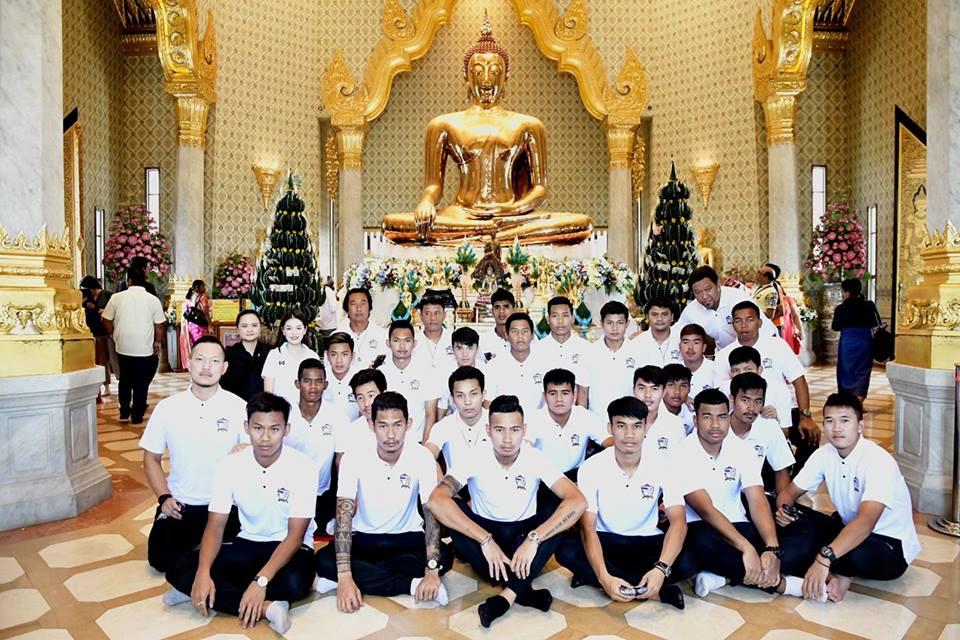 ทีมชาติไทย นมัสการกราบไหว้ขอพร