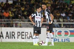 Pahang's Joseph Kalang Tie (left) and Ahmad Syamim Yahya playing against Perak 21/1/2017