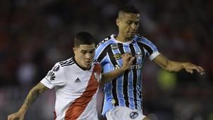Cícero disputa a bola com jogador do River durante a semifinal da Libertadores