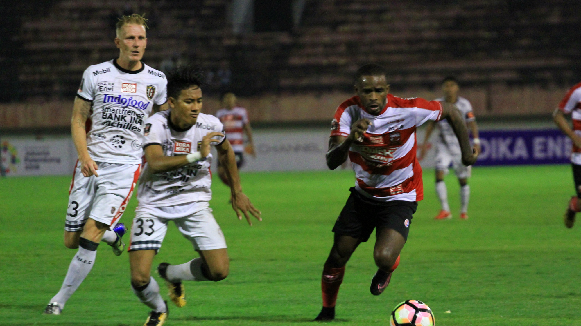 Greg Nwokolo - Madura United & Made Andhika Wijaya - Bali United