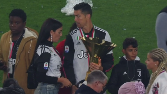 VIDEO: Cristiano Ronaldo verletzt seinen Sohn mit Meisterschaftspokal