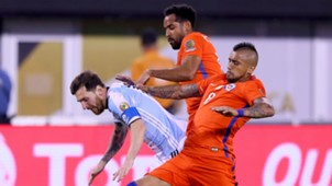 Lionel Messi, Arturo Vidal y Jean Beausejour Chile Argentina