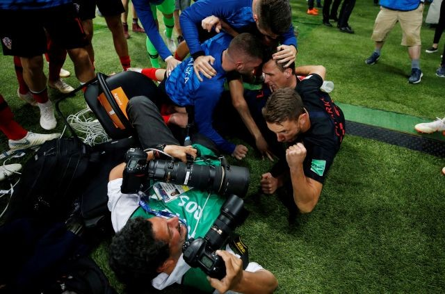 Image result for คุยกับ ยูริ กอร์เตซ ช่างภาพผู้โดนโครเอเชียโถมมาทับกันครึ่งทีม