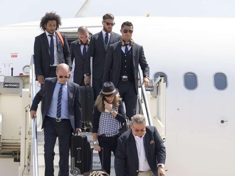 Cristiano Ronaldo puxa a fila no desembarque do Real Madrid em Milão