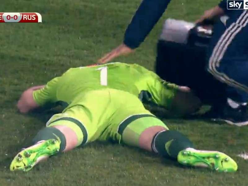 Goleiro da Rússia é atingido por sinalizador em partida das Eliminatórias da Eurocopa