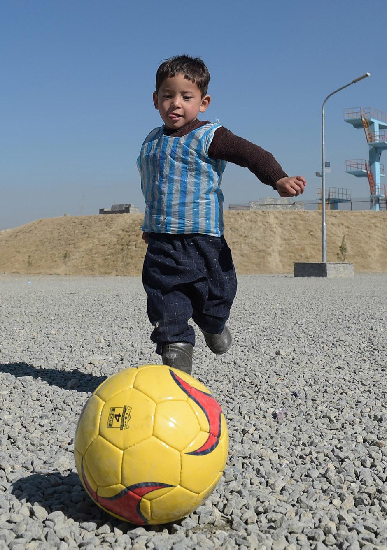 f2ab242f79 Murtaza Ahmadi finalmente conheceu Messi (Foto  Getty Images). A criança  recebeu uma camisa ...