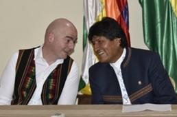 Gianni Infantino y Evo Morales