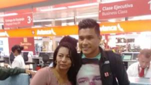 Teófilo Gutiérrez, en el aeropuerto de Bogotá, partiendo hacia Portugal para jugar en Sporting Lisboa
