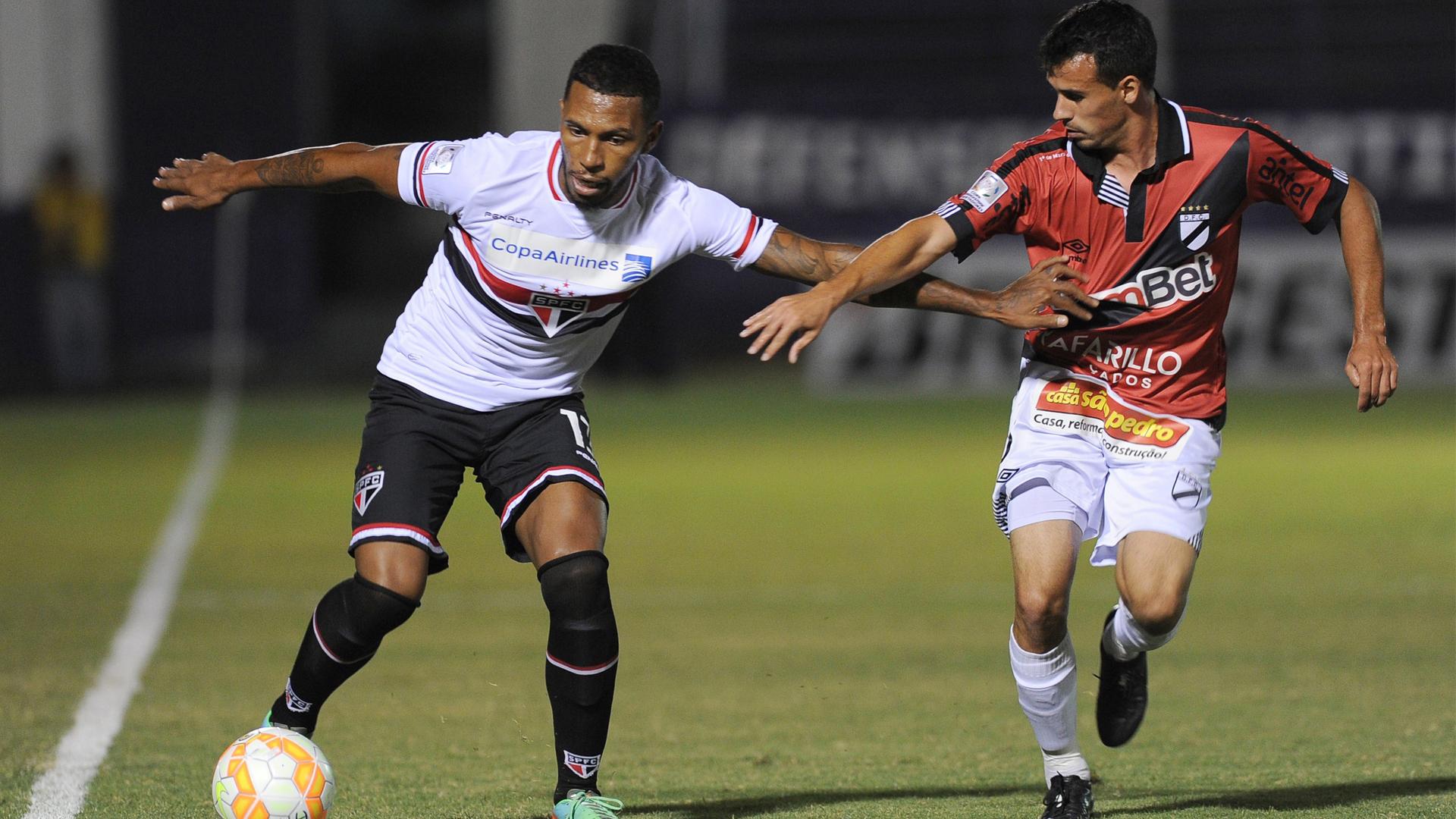 Paulo Miranda (E)  Luis Sosa - Danubio x São Paulo Libertadores 15 04 15
