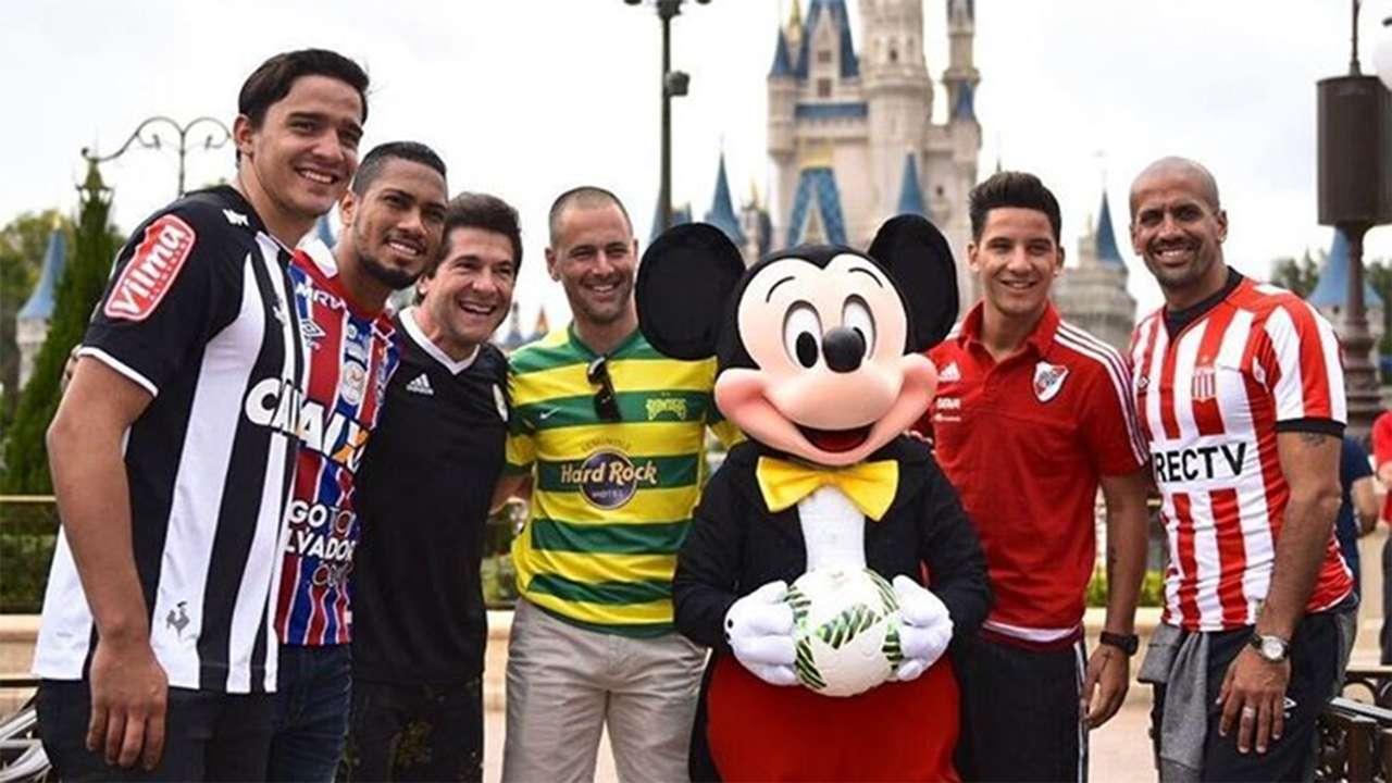 Mickey Mouse e jogadores Florida Cup Disney Parade 13012017