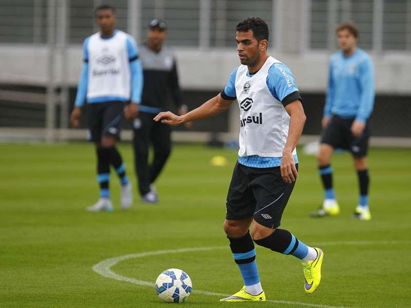 Maicon comemora renovação com o Grêmio
