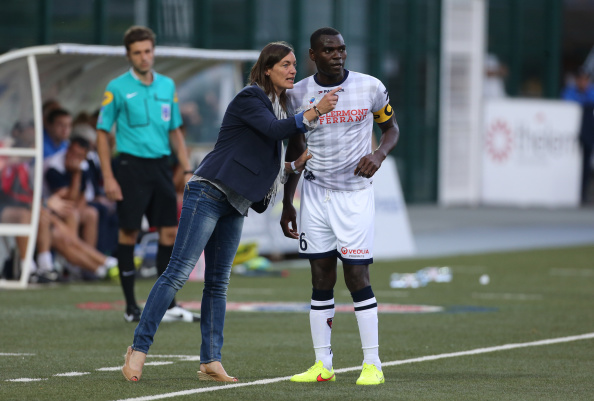 Corinne Diacre le da instrucciones al capitán Eugene Ekobo.