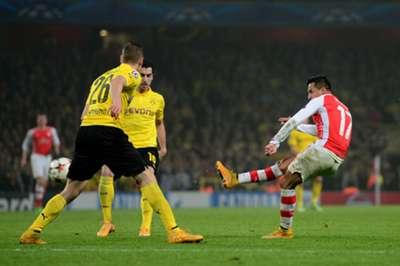 Alexis dispara de derecha para el 2-0 de Arsenal.