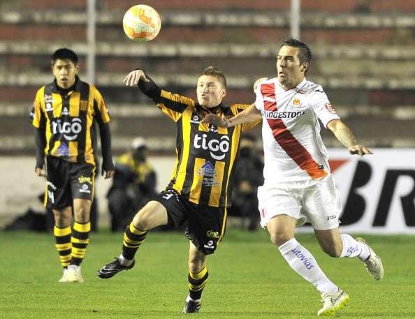 Alejandro Chumacero ante David De Petriz.