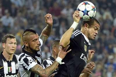 Arturo Vidal ante Pepe.