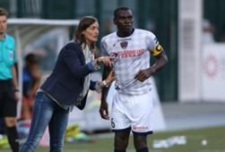 Corinne Diacre le da instrucciones a Eugene Ekobo.
