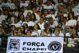 Hinchas colombianos en el estadio Atanasio Girardot de Medellín por Chapecoense